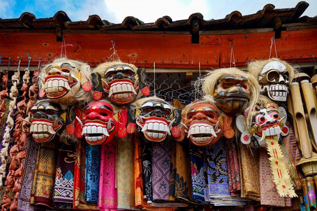 Mặt nạ bày bán ở gần ngôi đền