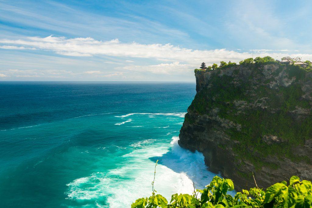 Ngôi đền nằm trên vách đá cheo leo nhìn ra Ấn Độ Dương