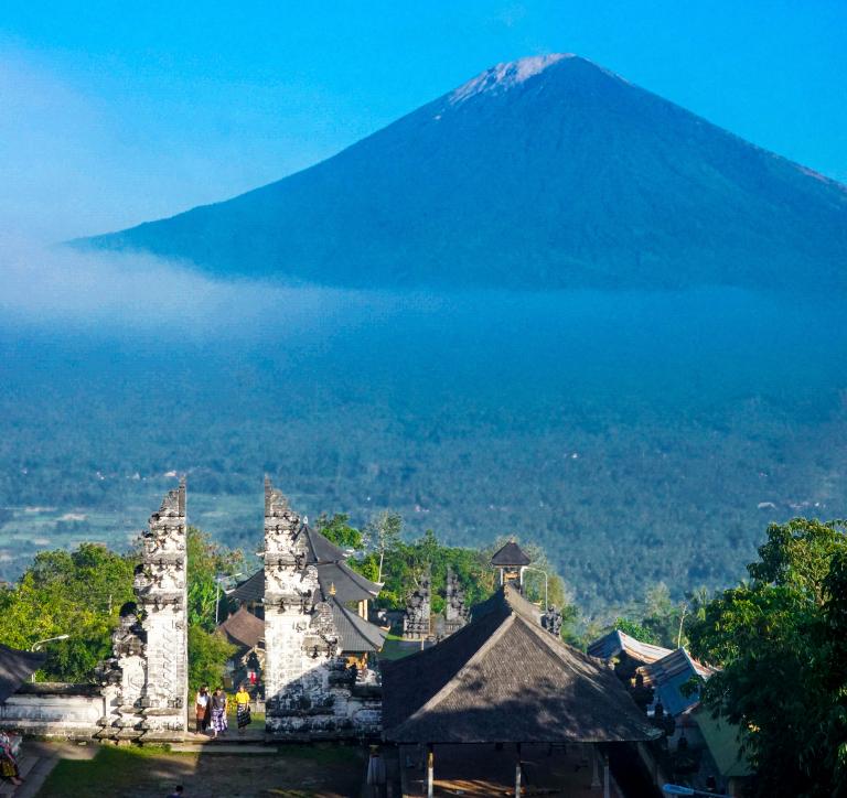 Ngôi đền nhìn ra phía xa núi