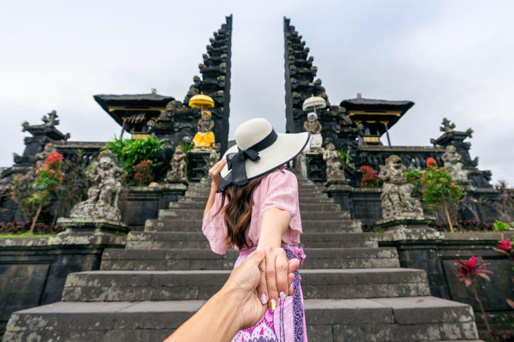 Khách du lịch chụp ảnh ở đền Pura Besakih Bali