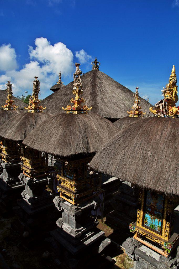 Những trang trí bên trong đền